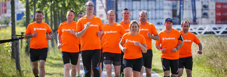 Hardlopende collega's in oranje t-shirts