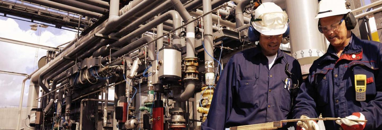 Werkers in de industriële sector met veilige en beschermende kleding