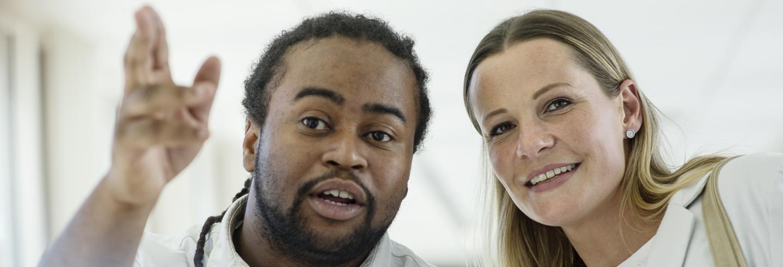 Twee personen in overleg en blik gericht naar dezelfde plek