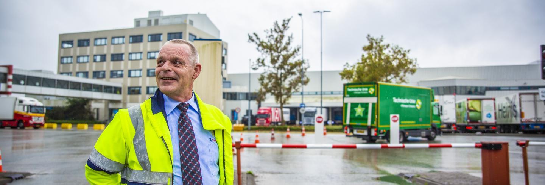 Mannelijke beveiliger van Trigion staat in uniform voor de ingang van Rotterdam The Hague Airport