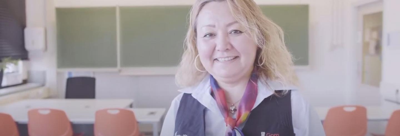 Vrouwelijke schoonmaakster van Gom poseert voor de camera.